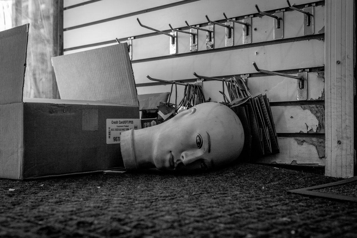Ein Mannequinkopf auf dem Boden