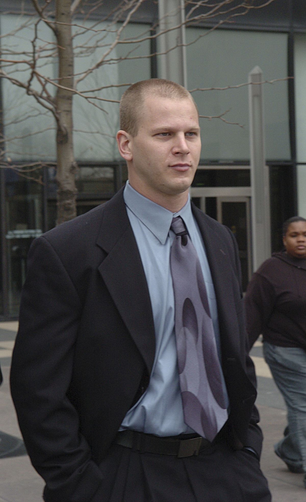 Officer Thomas Sherry leaves the Cook County criminal courts building at 26th Street and California Avenue after a 2006 court appearance.