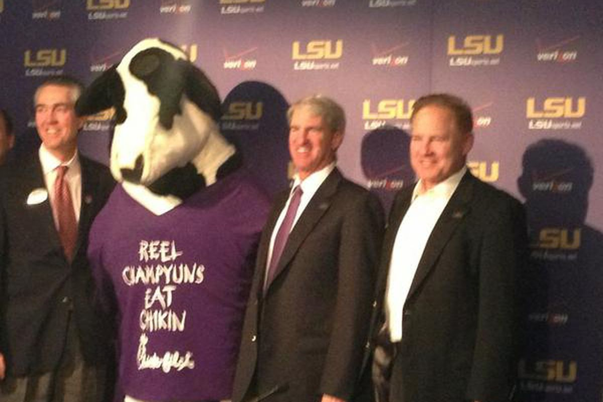 Les Miles With A Cow At The Chick Fil A Bowl Sbnation Com (insert witty comment about self here). sb nation