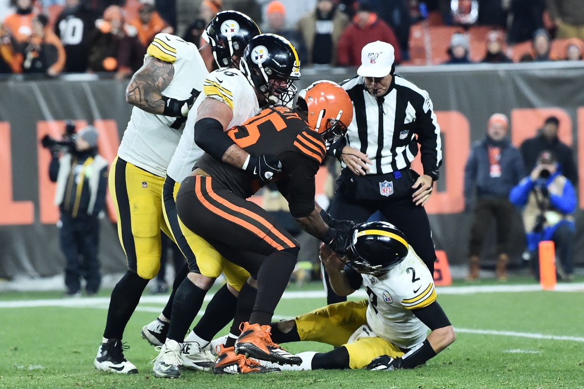 Cleveland Browns defensive end Myles Garrett rips the helmet off of Pittsburgh Steelers quarterback Mason Rudolph during the fourth quarter at FirstEnergy Stadium.