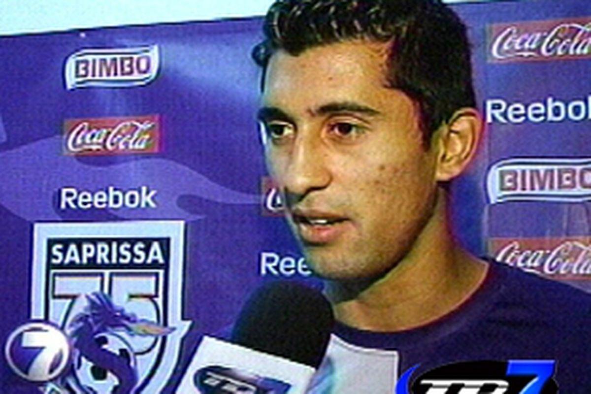 "Josue Martinez being interviewed after a Deportivo Saprissa game. (Photo courtesy of <a href=""http://www.teletica.com/teleticadeportes/resultados.php?buscar=Josu%E9%20Martinez"" target=""new"">Teletica</a>)"