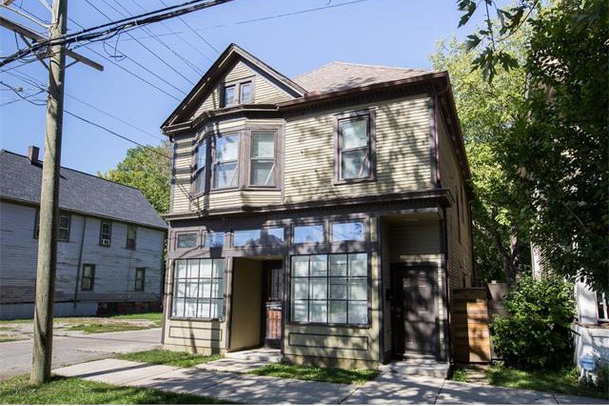 "Photos via <a href=""http://www.zillow.com/homes/for_sale/Detroit-MI/house,condo,apartment_duplex,mobile,townhouse_type/2100840981_zpid/17762_rid/42.495643,-82.803612,42.209447,-83.394127_rect/10_zm/?3col=true""> Zillow</a><br>"