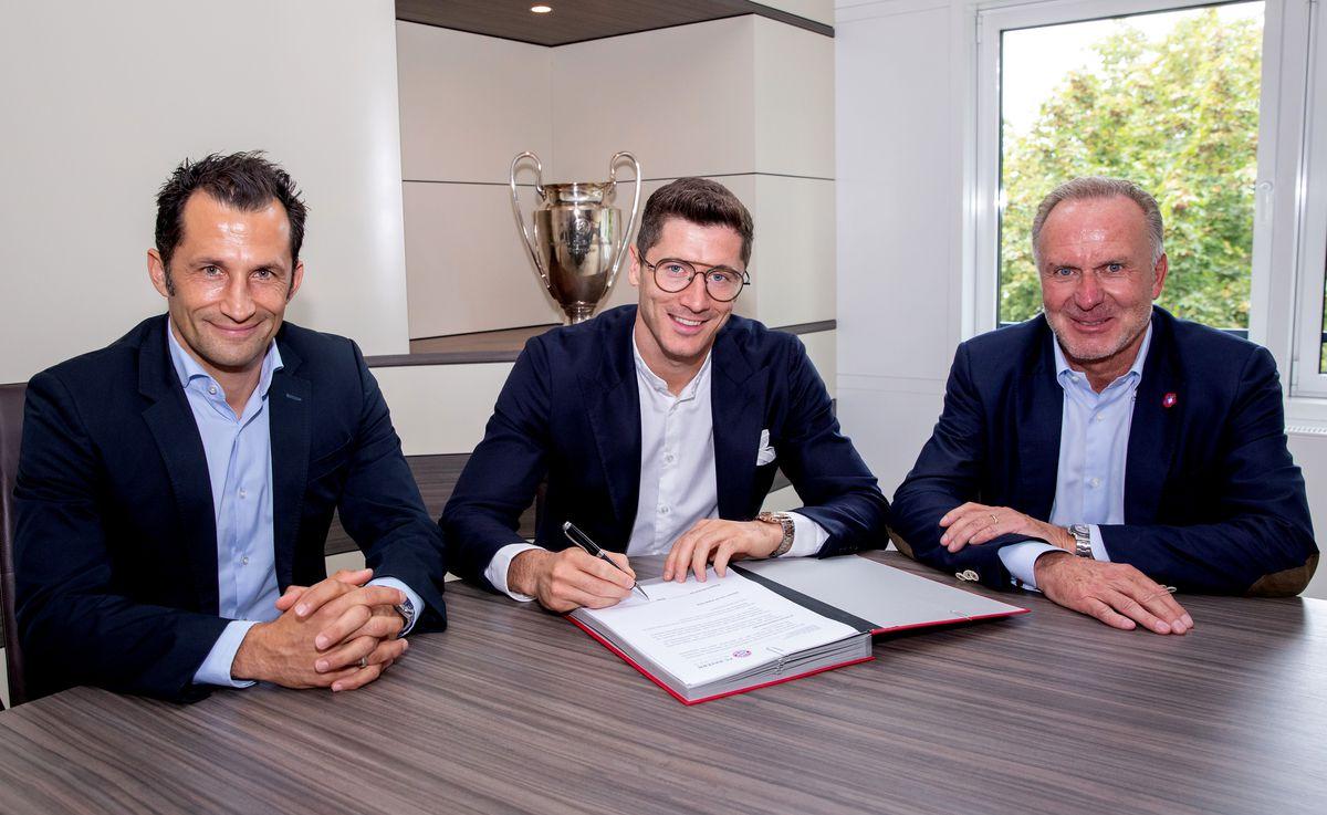 FC Bayern Muenchen Extends Contract With Robert Lewandowski Until 2023