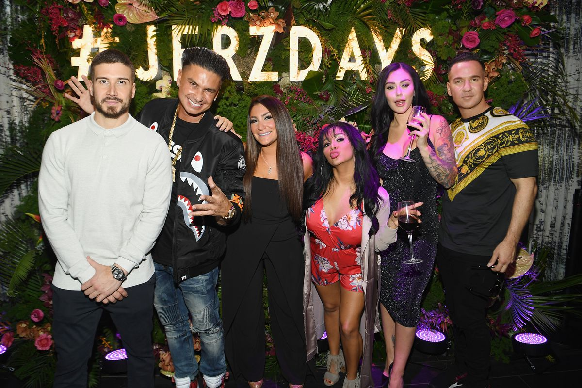 Vinny, Pauly D, Deena, Snooki, JWoww, and Mike from the 'Jersey Shore Family Vacation' cast