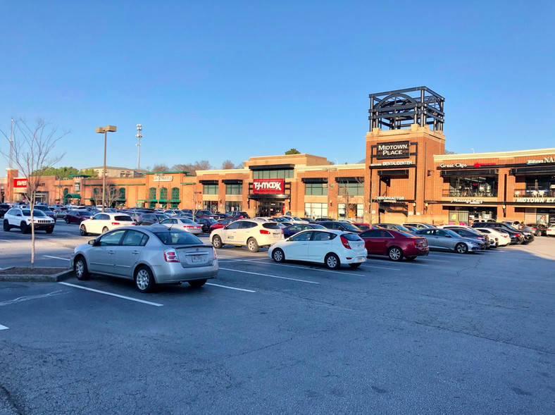 A shopping center with many cars in it.