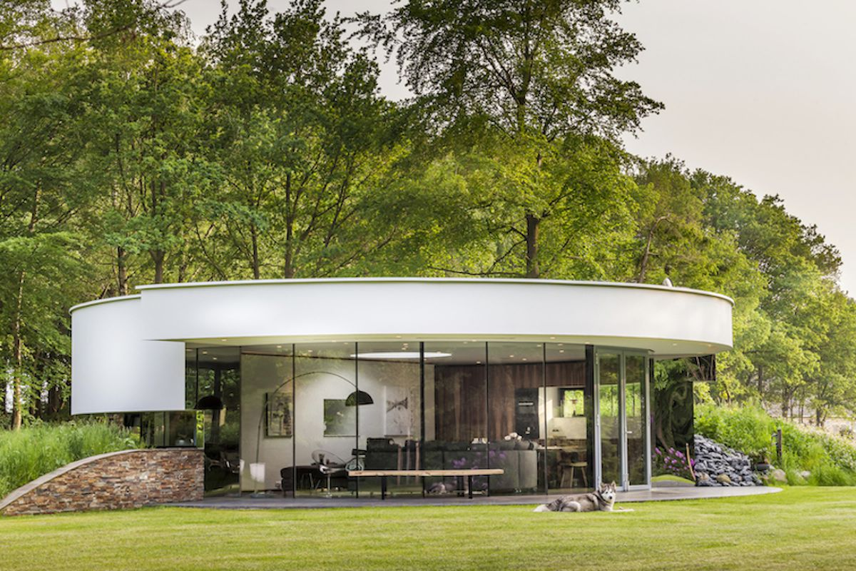 Modern round house was designed with dogs in mind curbed for Architecture originale maison