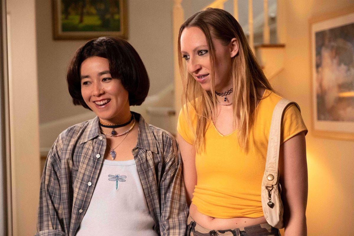Maya Erskine and Anna Konkle as their teen selves in PEN15.