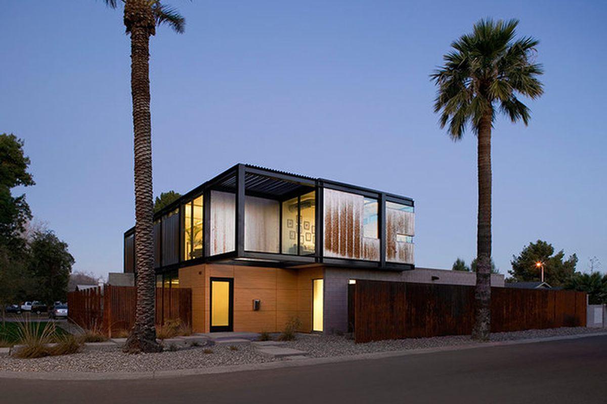 """Photos by <a href=""""http://www.billtimmerman.com/"""">Bill Timmerman</a> via <a href=""""http://www.designboom.com/architecture/chen-suchart-studio-sosnowski-residence-arizona-11-1-2015/"""">Designboom</a>."""