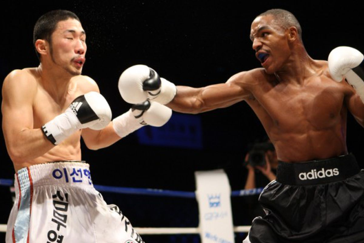 """Devon Alexander and the rest of the competitors on Showtime's Saturday night card made weight in California yesterday. (via <a href=""""http://www.diamondboxing.com/blog/wp-content/uploads/2008/11/alexanderlee_waters_2.jpg"""">www.diamondboxing.com</a>)"""