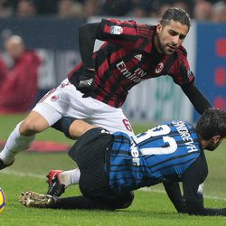 Ricardo Rodriguez of AC Milan competes for the ball with Antonio Candreva of FC Internazionale Milano during the TIM Cup match between AC Milan and FC Internazionale at Stadio Giuseppe Meazza on December 27, 2017 in Milan, Italy.