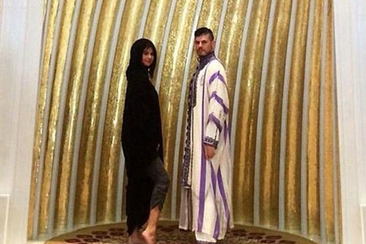 """Photo: <a href=""""http://www.dailymail.co.uk/news/article-2893462/Selena-Gomez-sparks-anger-displaying-ANKLES-visit-Abu-Dhabi-mosque.html"""">DailyMail</a>"""