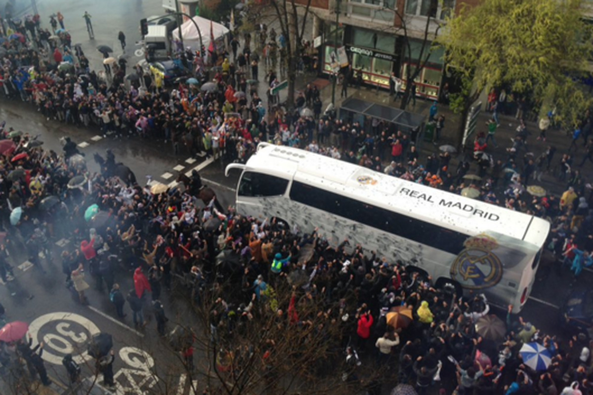 The fans receiving the team bus
