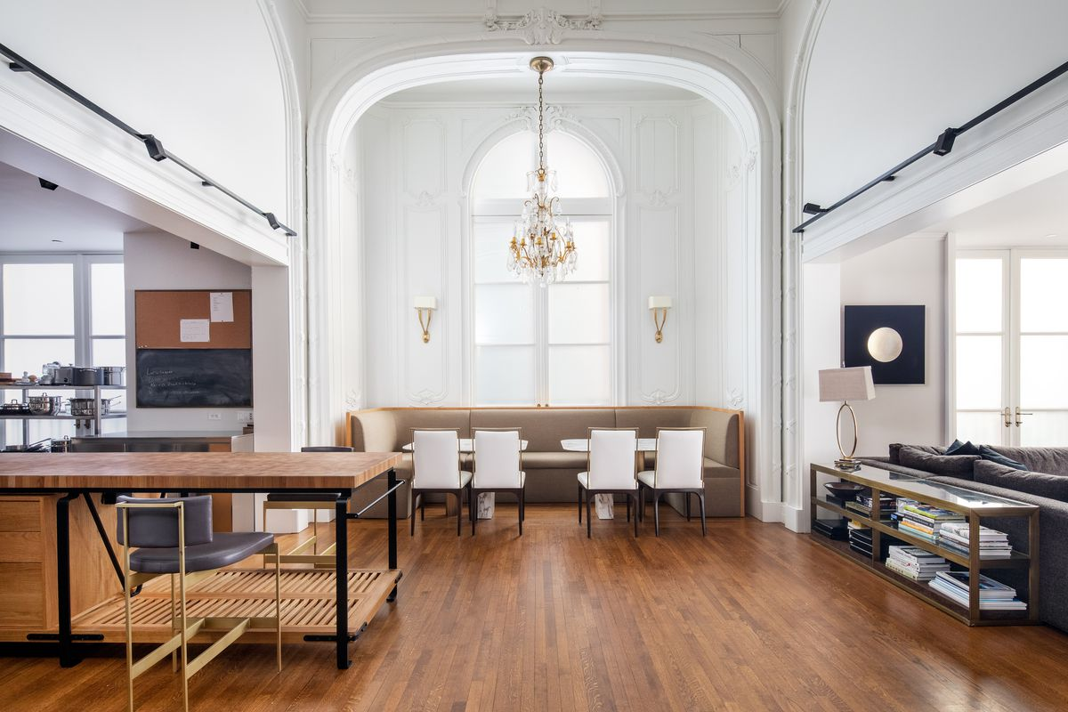 A breakfast room with extra tall ceilings as a built-in banquet and decorative molding.