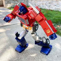 When idle, Optimus tends to dab. Seriously, this is one of his idle poses that he'll do automatically.