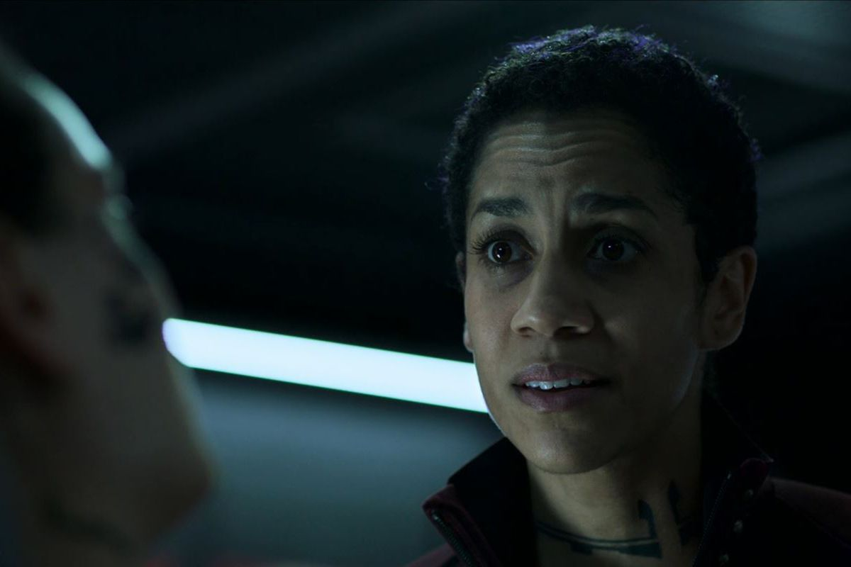 Domique Tipper at Naomi Nagata in season 4 of The Expanse, shown in the med bay of the Rocinante discussing her suicide attempt.