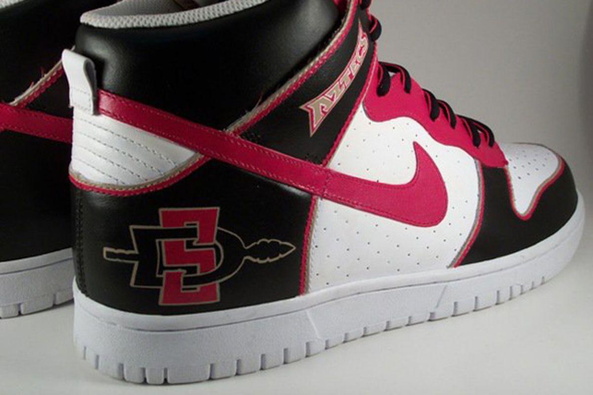 "via <a href=""http://www.paintorthread.com/wp-content/uploads/2011/03/san-diego-state-aztecs-nike-dunk-shoes-kick-factory-4.jpg"">www.paintorthread.com</a>"