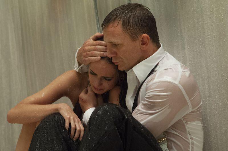 Bond holds Vesper in the shower in Casino Royale
