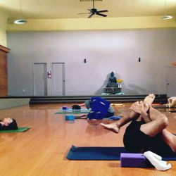 """Kick your morning off with an """"Ommm"""" at Colin Farrell-<a href=""""http://la.racked.com/archives/2014/01/10/where_kate_hudson_practices_pilates_in_brentwood.php"""">frequented</a> <a href=""""http://www.yogaworks.com/en/locations/california%20south/los%20angeles/la"""
