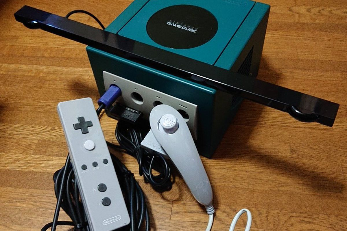 A prototype Wii remote connected to a GameCube.