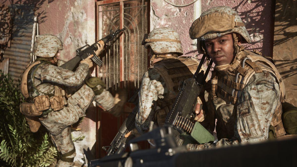 Une équipe de pompiers de la Marine violant un complexe, comme rendu dans une bande-annonce de Six Days in Fallujah.