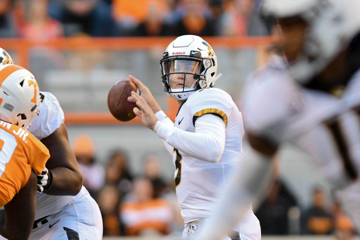 Missouri Tigers QB Drew Lock looks to pass against the Tennessee Volunteers, Nov. 17, 2018.