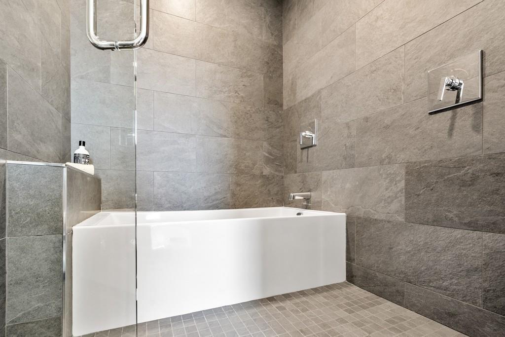 A bathroom tub with no barrier.