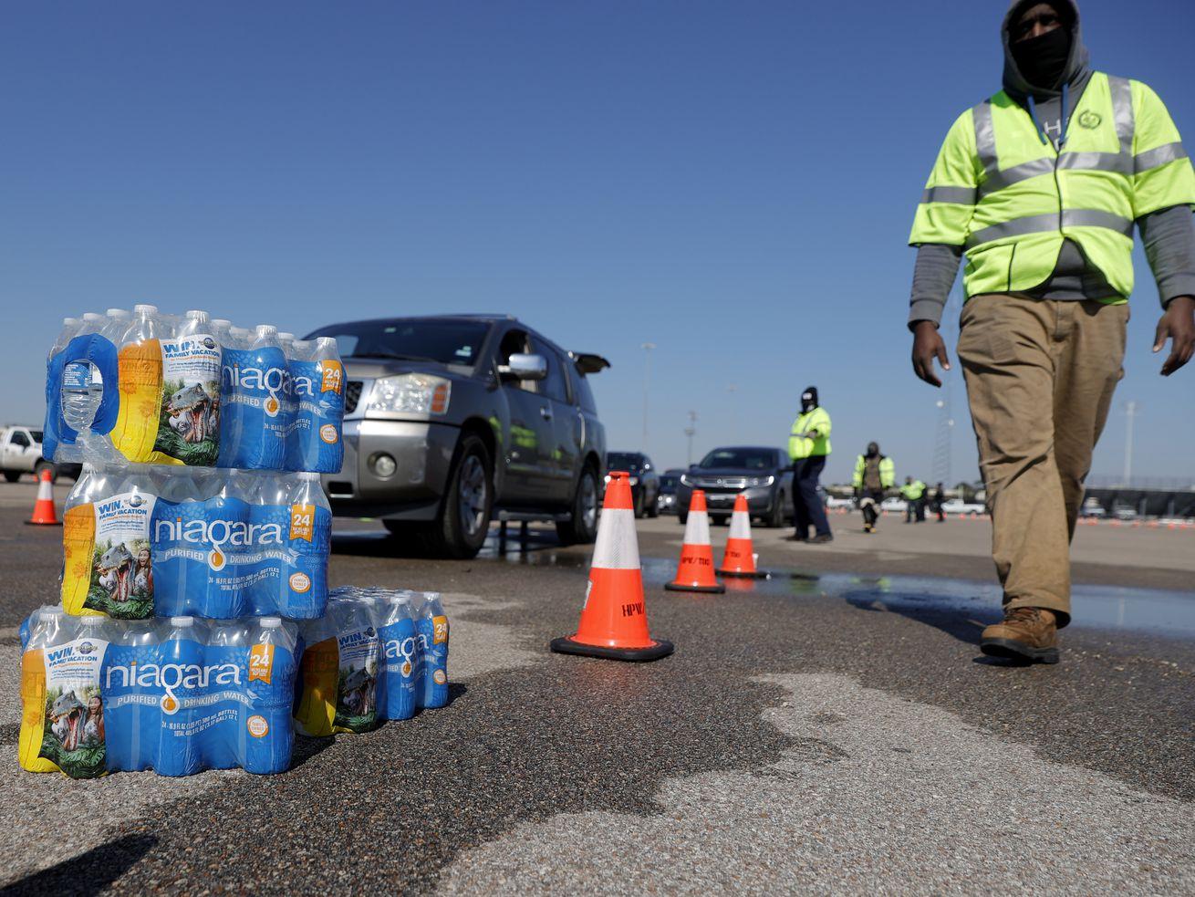 Une grande partie du Texas a le pouvoir – mais il fait toujours face à des pénuries d'eau et de nourriture