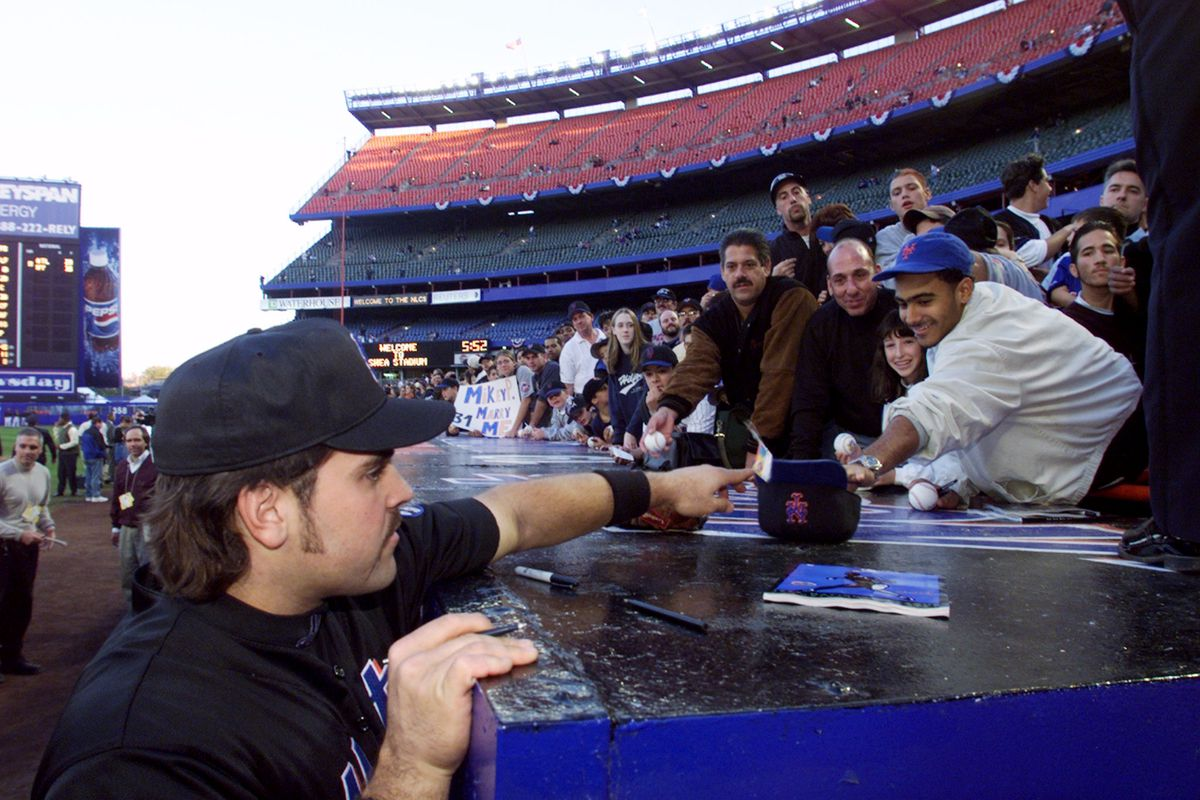 New York Mets' catcher Mike Piazza signs autographs at batti