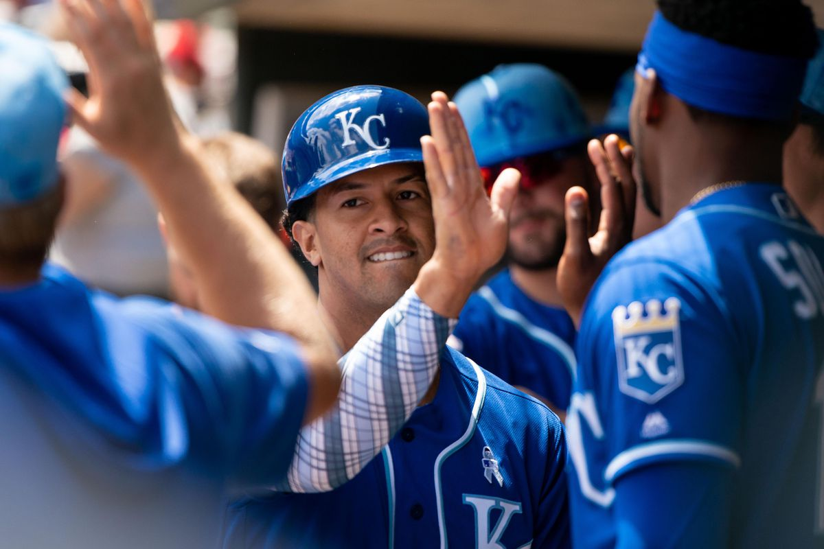 Royals avoid sweep by beating Twins, 8-6