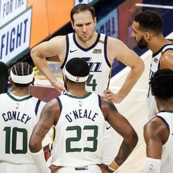 Utah Jazz head coach Quin Snyder talks to the team in the final second of the game against the Memphis Grizzlies at Vivint Smart Home Arena in Salt Lake City on Friday, March 26, 2021.