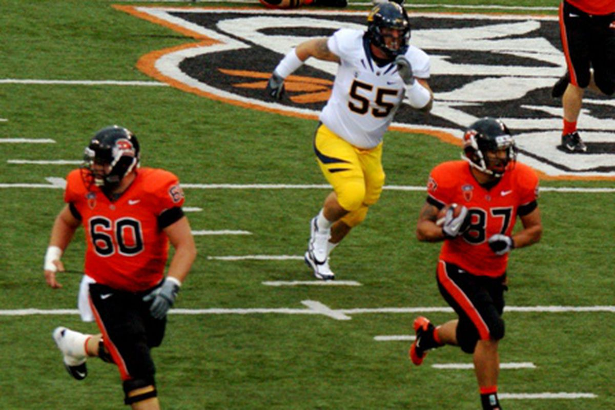 """Joe Halahuni (87) heads for the end zone for a touchdown last season against California.  But """"The Tank"""" could be sidelined for an extended period of time with a shoulder injury.  <em>(Photo by Andy Wooldridge)</em>"""