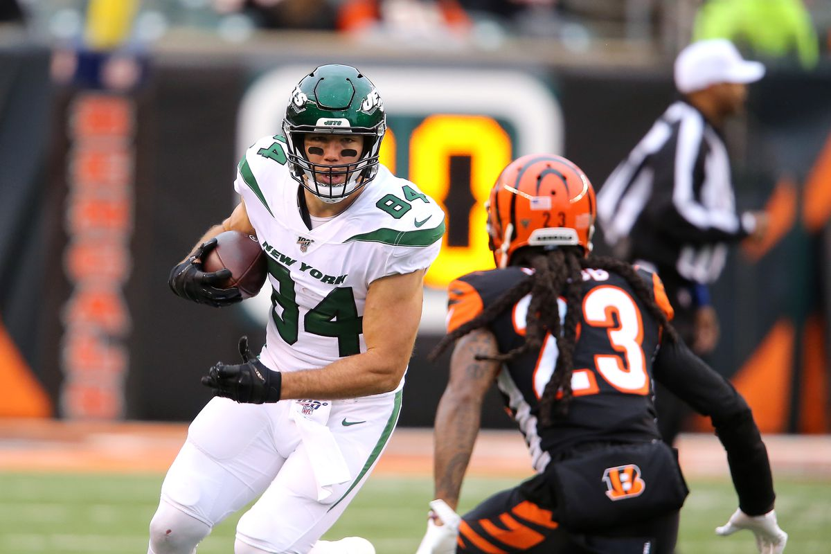 New York Jets tight end Ryan Griffin runs after catch as Cincinnati Bengals cornerback B.W. Webb defends during the second quarter at Paul Brown Stadium.