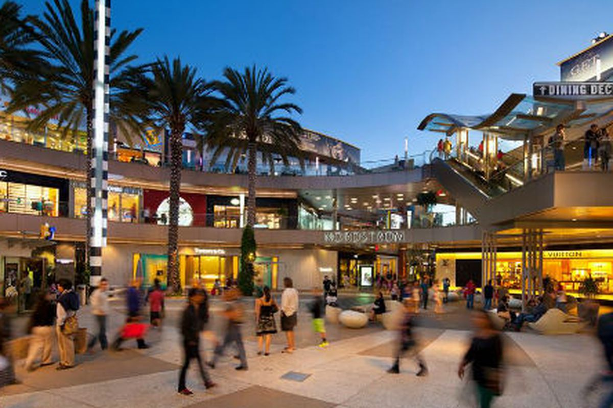 "Image via Santa Monica Place/<a href=""https://www.facebook.com/SantaMonicaPlace/photos/pb.186098586595.-2207520000.1404230052./10151864531306596/?type=3&amp;theater"">Facebook</a>"