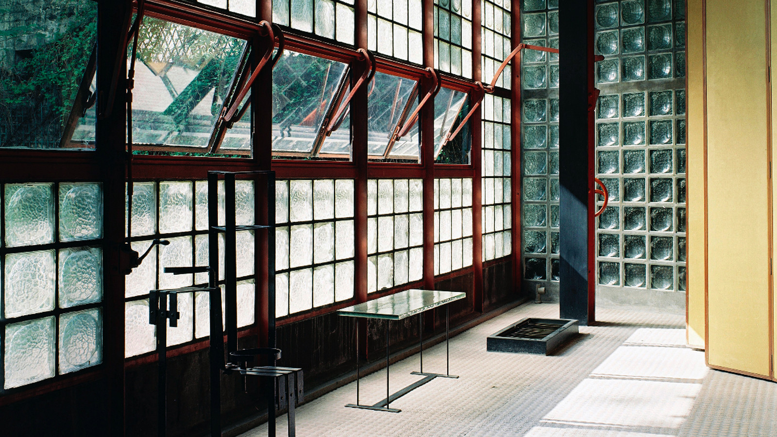 maison de verre the other glass house curbed. Black Bedroom Furniture Sets. Home Design Ideas