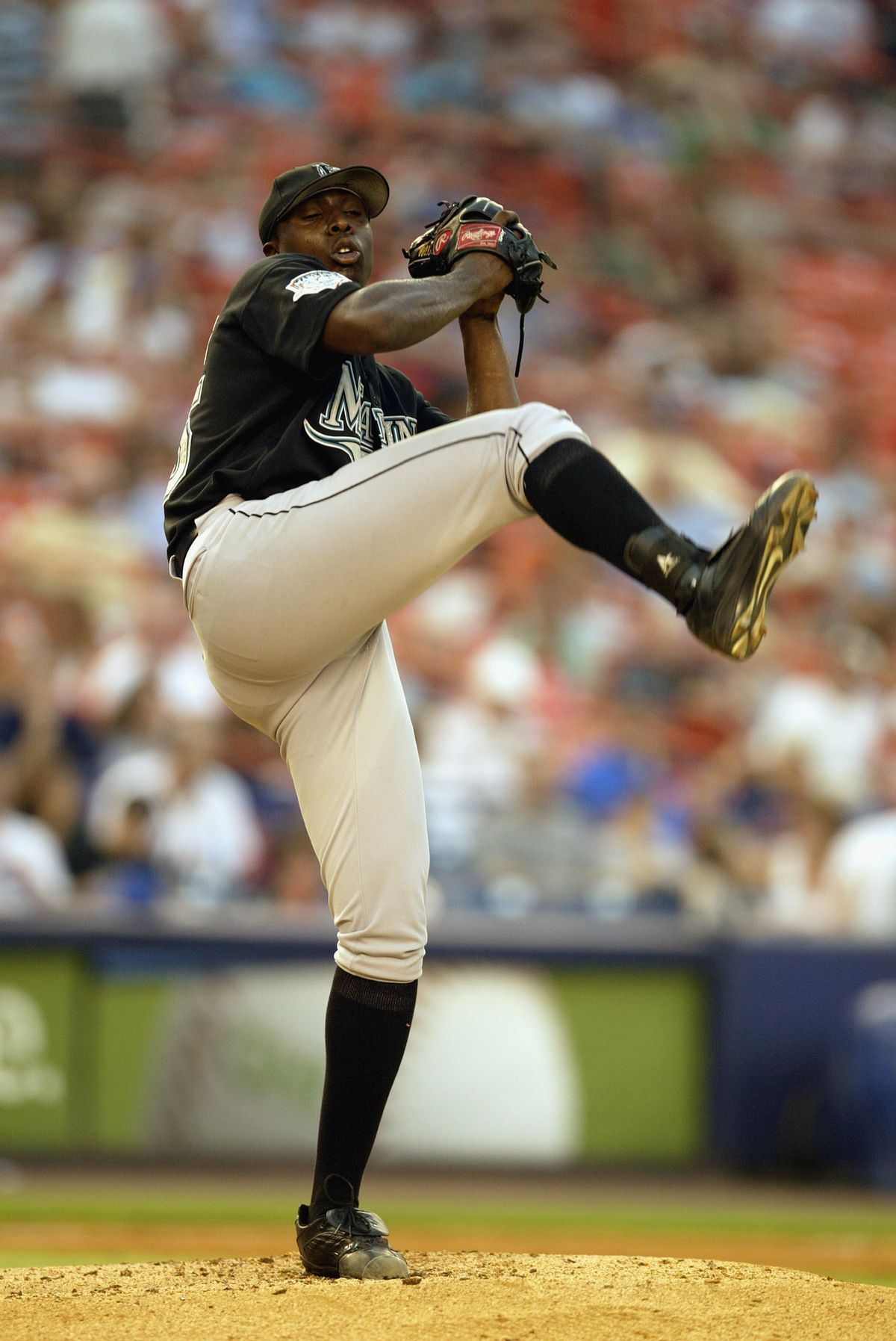 Dontrelle Willis pitches