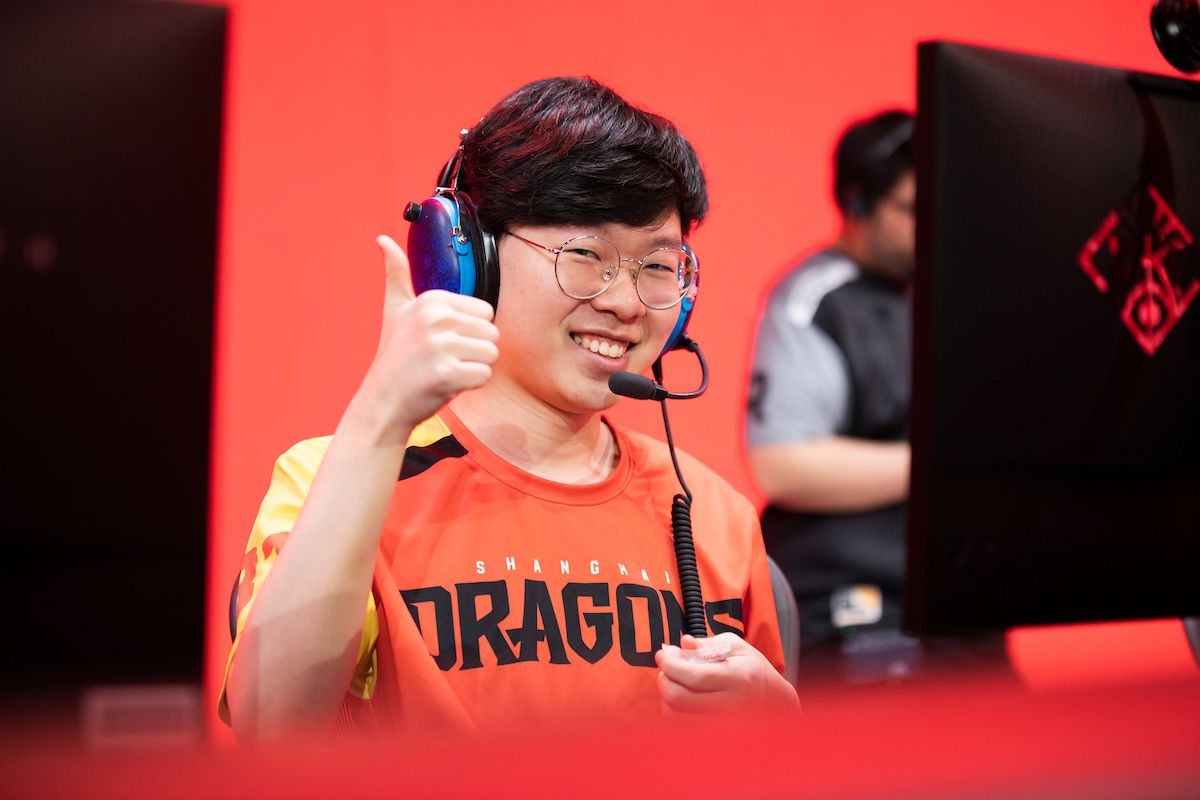 """Overwatch League - Yang """"DDing"""" Jin-hyeok flashes a thumbs up on stage at the Blizzard Arena."""