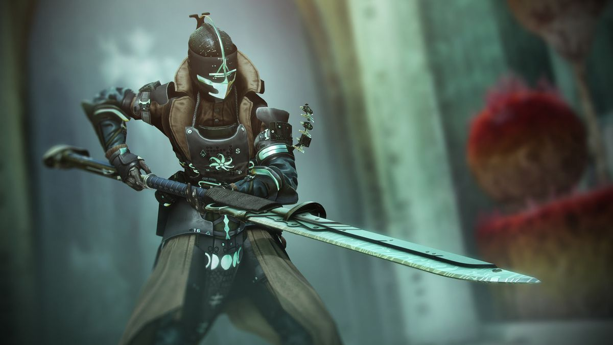 A Warlock hold a glaive in The Witch Queen