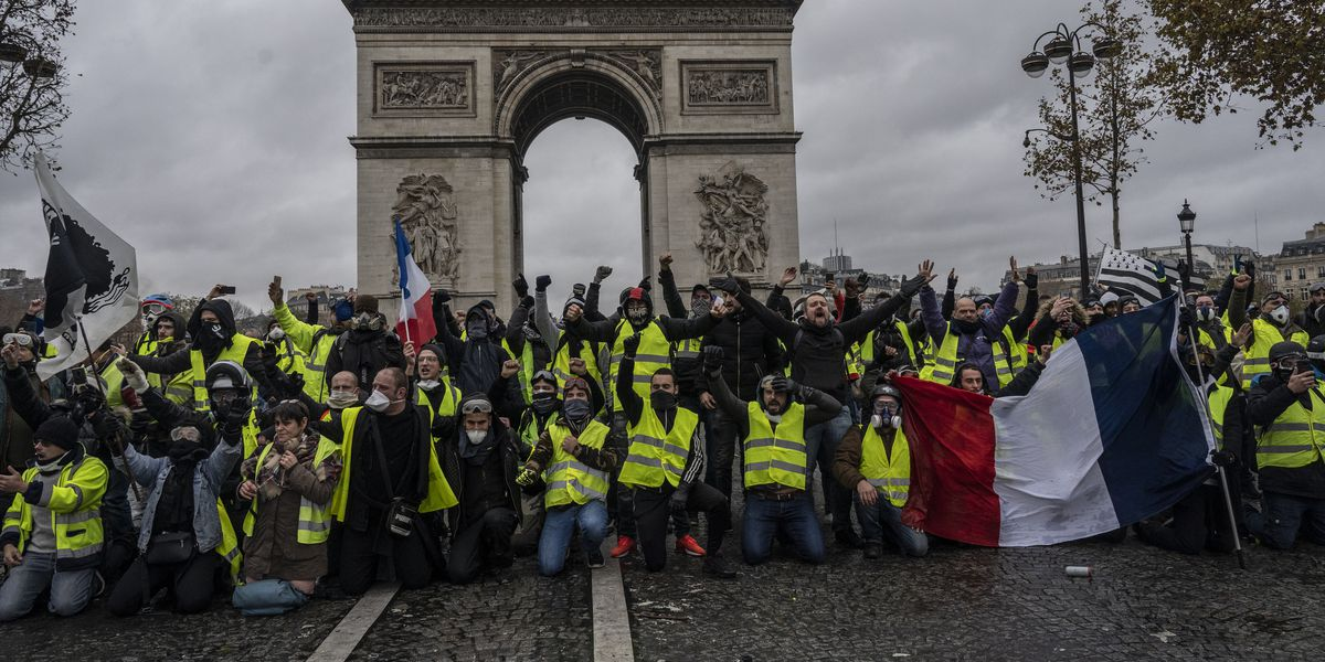 """France's """"yellow vests"""" protests against Macron turning"""