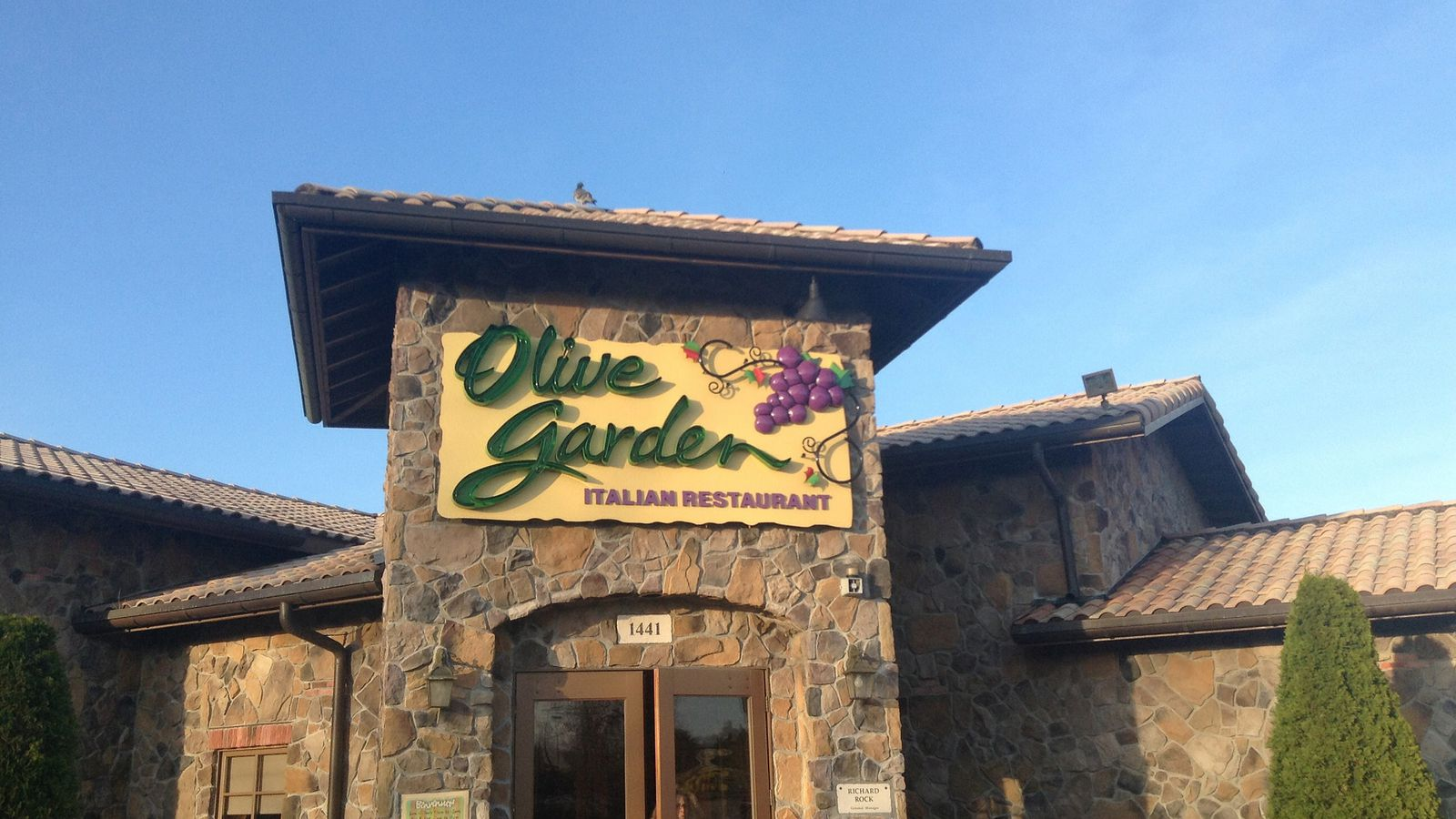Olive Garden Kicks Out Armed Uniformed Cop During His