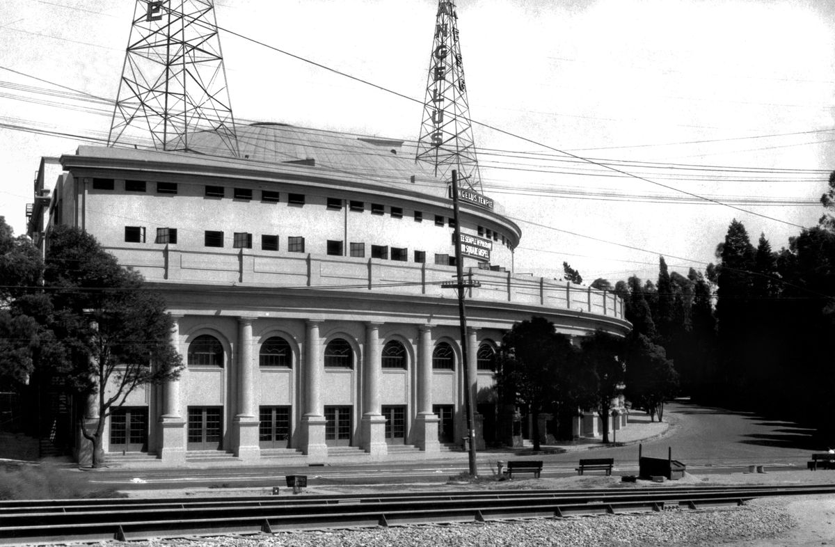 The Angelus temple in 1927, with radio transmitter on top. (Underwood Archive/Getty Images)