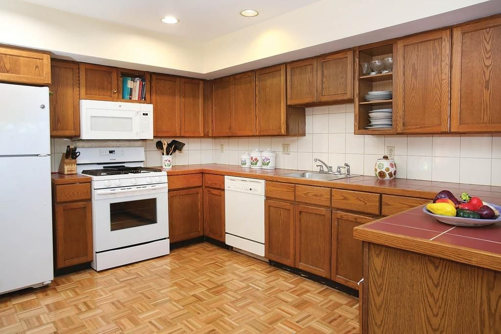 An older kitchen with a U-shaped counter.