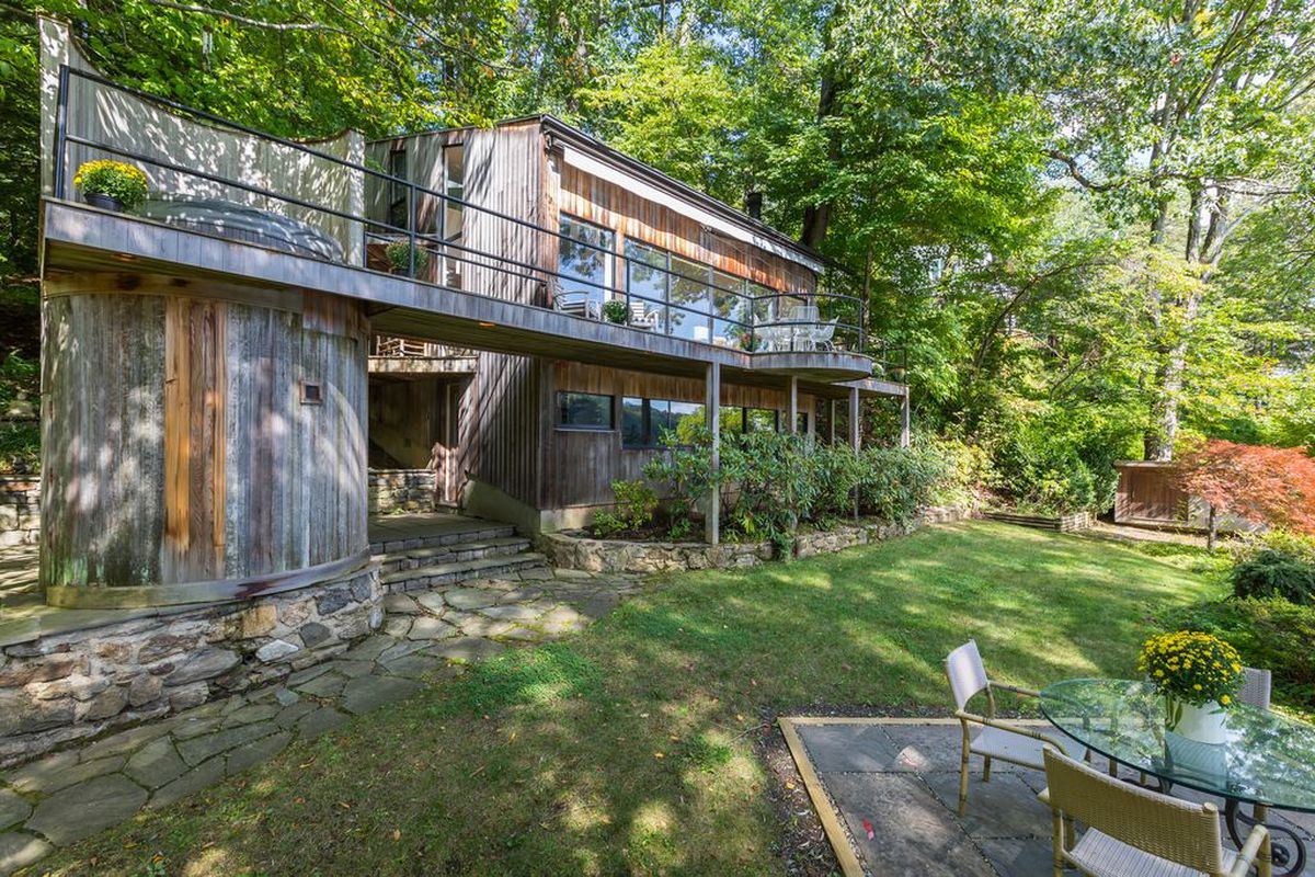 1970s lakefront cottage