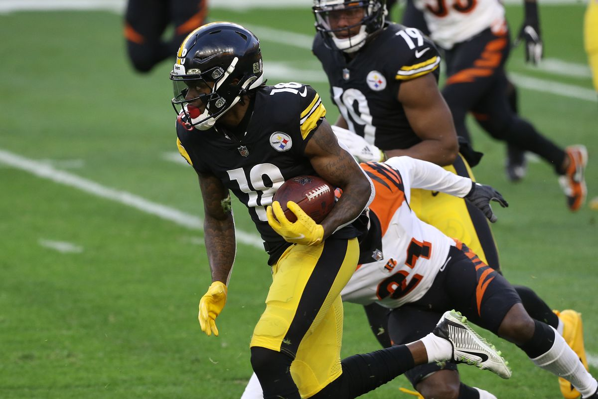 Pittsburgh Steelers wide receiver Diontae Johnson (18) runs after a catch against Cincinnati Bengals cornerback Mackensie Alexander (21) during the first quarter at Heinz Field.