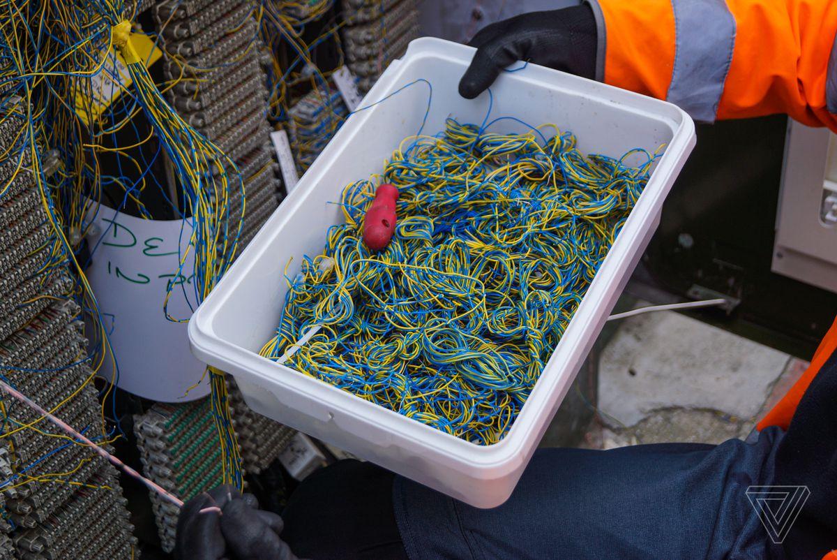 Un paquete de cables que se utiliza para reparar un gabinete de telecomunicaciones en la carretera en el centro de Londres. Openreach, una subsidiaria de British Telecom, es la compañía más grande para mantener la infraestructura física en nombre de los ISP que venden los servicios a los usuarios.