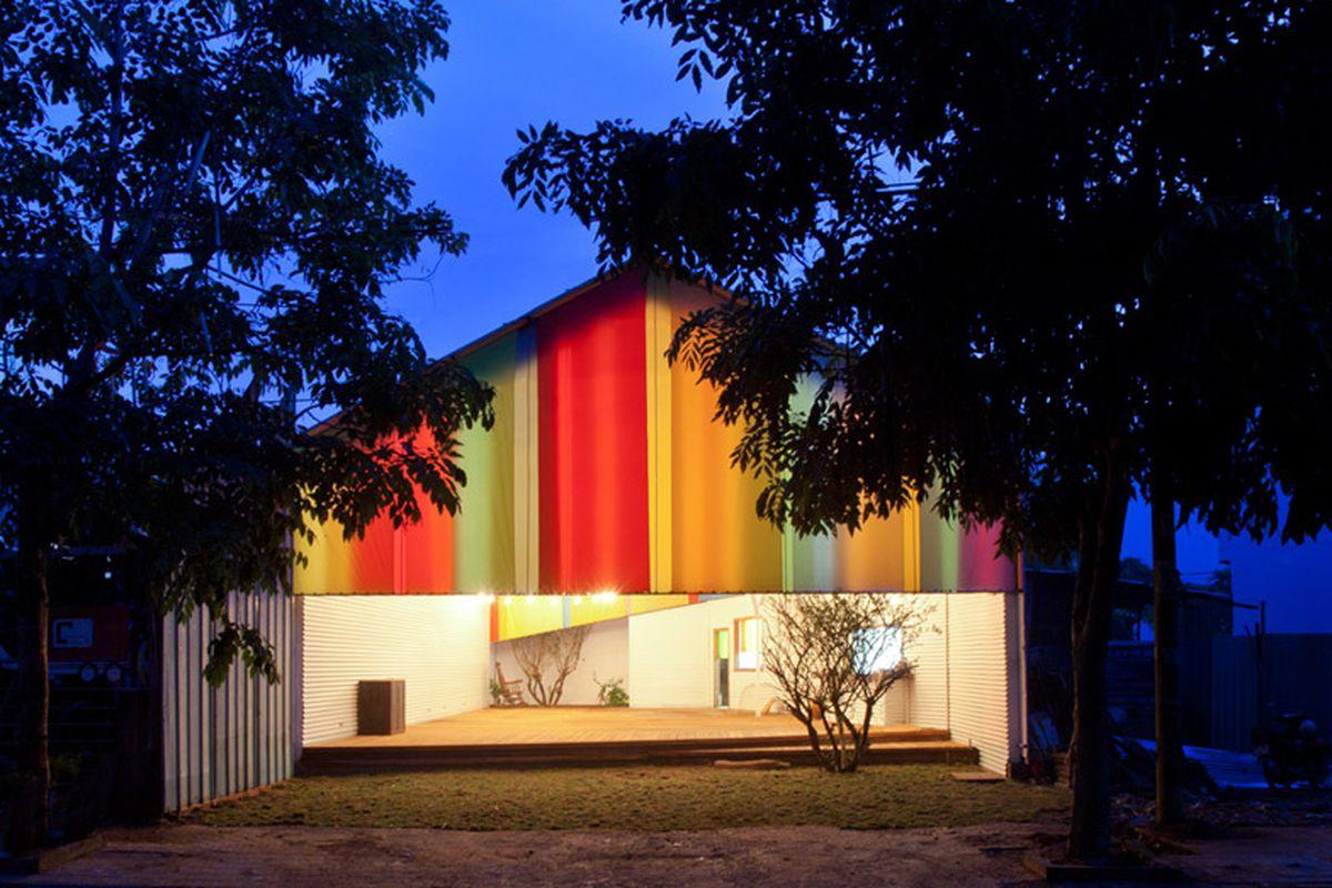 "Photo via <a href=""http://www.dezeen.com/2014/10/03/the-chapel-a21studio-world-building-of-the-year-world-architecture-festival-2014/"">Dezeen</a>"