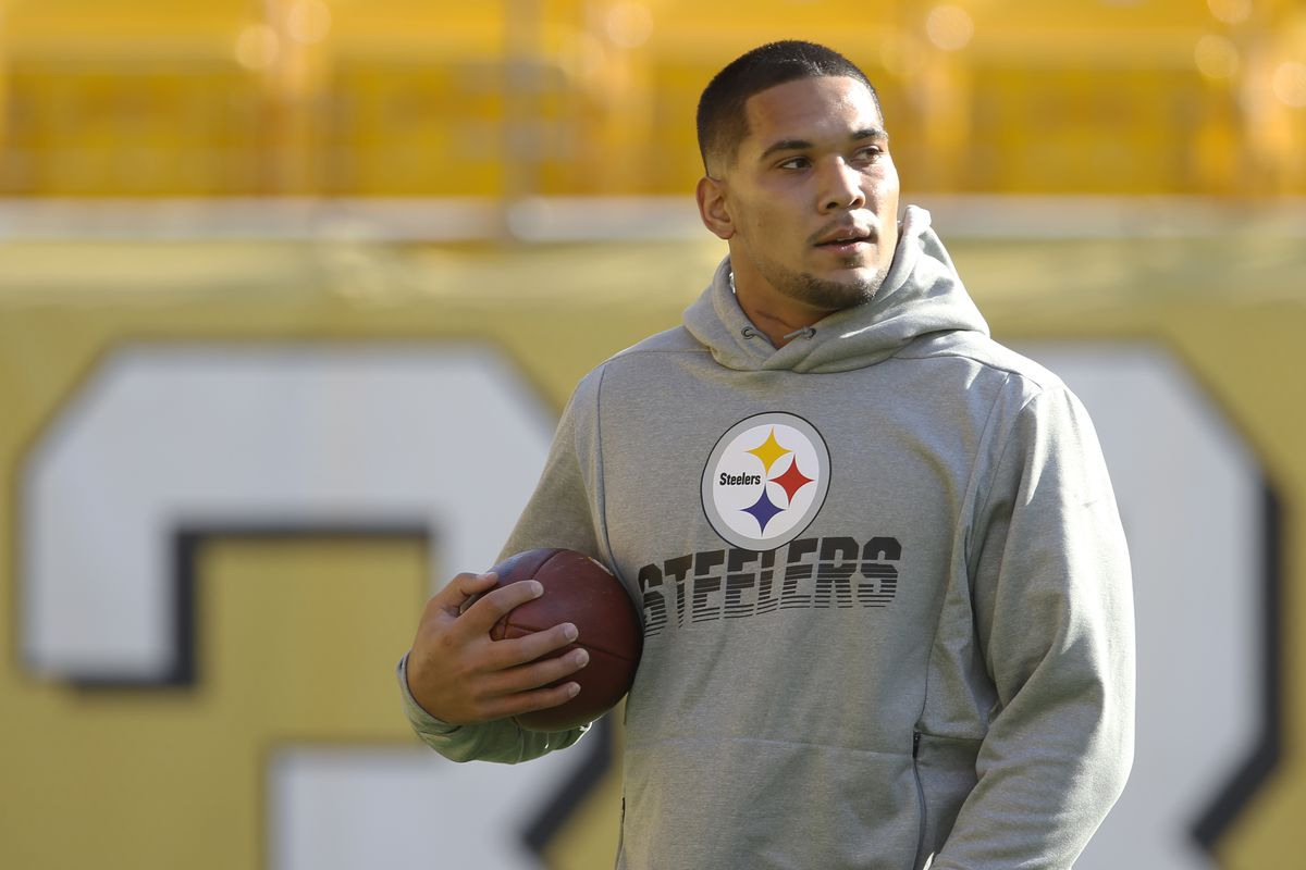 Pittsburgh Steelers running back James Conner warms up before playing the Los Angeles Rams at Heinz Field.