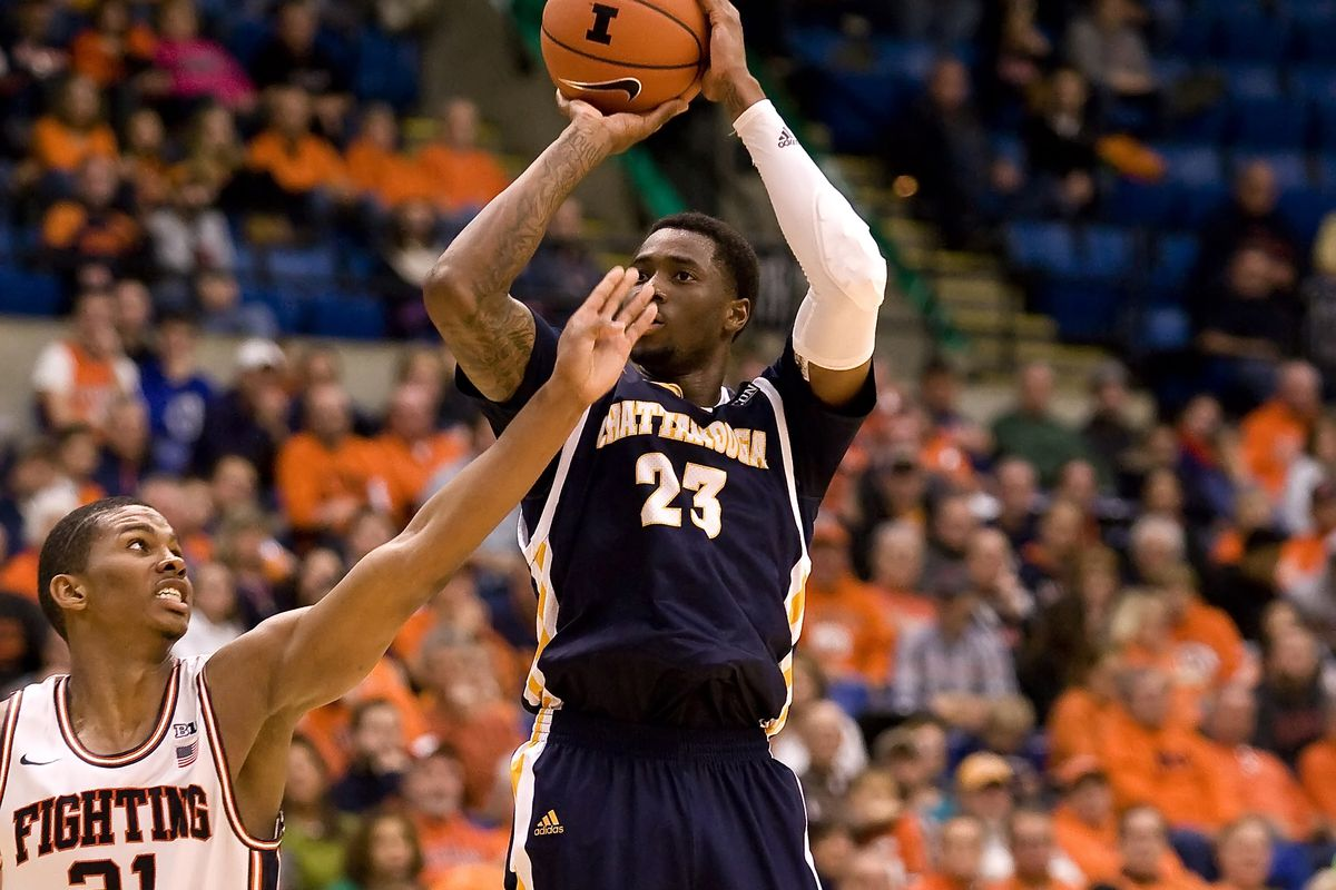 Chattanooga guard Tre' McLean shoots over Illinois' Malcolm Hill