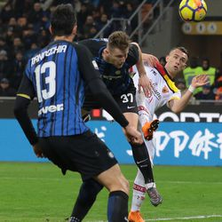 Milan Skriniar of FC Internazionale Milano scores the opening goal during the serie A match between FC Internazionale and Benevento Calcio at Stadio Giuseppe Meazza on February 24, 2018 in Milan, Italy.