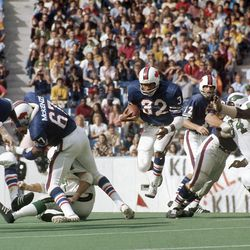 Running back O.J. Simpson #32 of the Buffalo Bills carries the ball during a early circa 1970's NFL game against the Philadelphia Eagles at Rich Stadium in Buffalo, New York.
