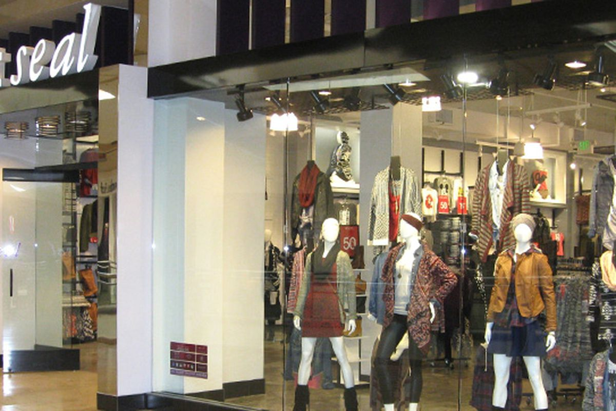 """Image: <a href=""""https://www.wetseal.com/Stores"""" target=""""_blank"""">Wet Seal</a>"""